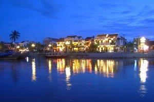 Nachts-am-Thu-Bon-Fluss-in-Hoi-An