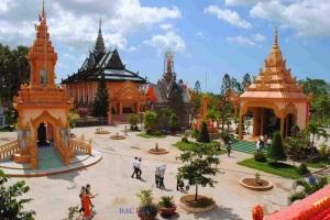 Chùa Xiêm Cán - nơi thu hút đông đảo du khách đến tham quan.